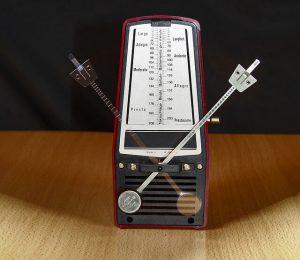 El metrónomo mecánico es un metrónomo que se mueve como un péndulo a una velocidad (BPM) elegida.