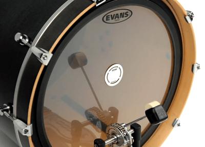 Parche para bombo marca evans colocado en el tambor.